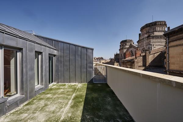 Attique et vue sur les toits / Philippe Caumes