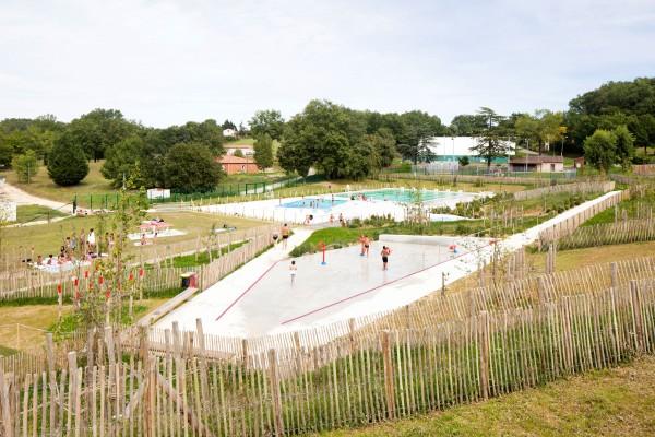 vue d'ensemble du site, jeux d'eau, solarium, bassins. / Edouard Decam