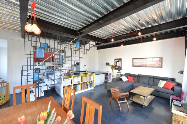 Maison des charmilles - zone de vie - Sol en béton ciré industriel noir, plancher collaborant apparent, ossature visible, tout métal !!!! / © Justine Reverchon Architecte