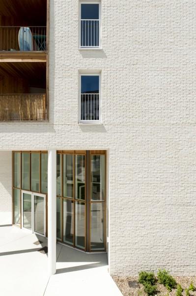 Le hall d'entrée et la façade de brique / Benoit Cary