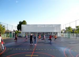 Vue du gymnase depuis le terrain multisport / lna